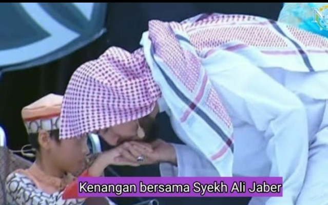 Syeikh Ali Jaber Kerap Mencium Tangan Bocah Penghafal Al Qur'an Ini.