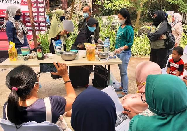UKM Jurnalis Dan PT TPL Latih Warga Kampung Sejahtera Membuat Sabun Berbahan Minyak Atsiri