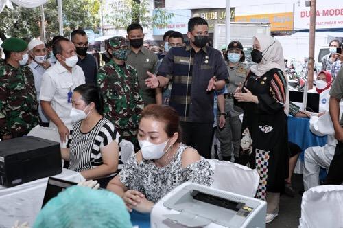 Tinjau Vaksinasi, Wali Kota Medan Harapkan Pedagang Dapat Menekan Penyebaran Covid-19