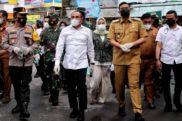 Wali Kota Medan, Gubernur dan Forkopimda Sumut Bagikan Masker dan Hand sanitizer di Pasar