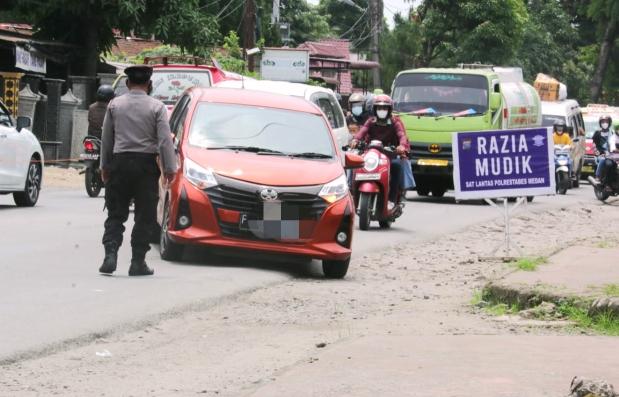 Petugas Menghentikan Kendaraan Berplat Luar Daerah